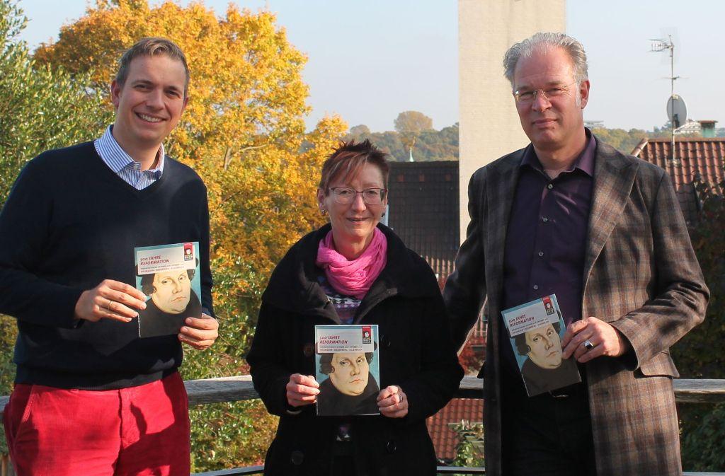Jutta Seifert mit ihren Kollegen Friedrich July (links) und Friedbert Baur bei einer Aktion zum Lutherjahr im vergangenen Herbst. Foto: Sabine Schwieder