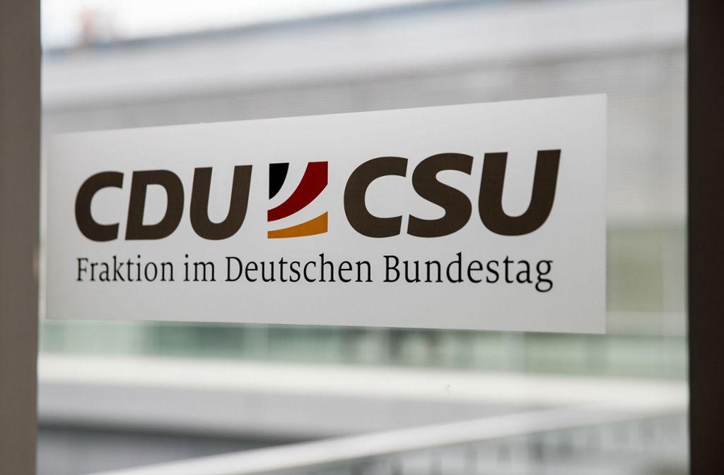 Das gemeinsame Logo der CDU/CSU Fraktion im Bundestag. Die Union gewinnt in der Coronakrise Wähler hinzu. Foto: dpa/Michael Kappeler