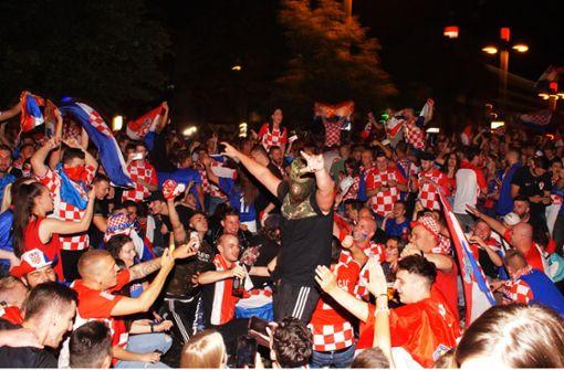 Kroatische Fans feiern – Polizei sperrt Theodor-Heuss-Straße