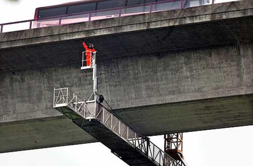Mit dem Untersichtsgerät werden auch unzugängliche Stellen erreicht. Foto: Rudel
