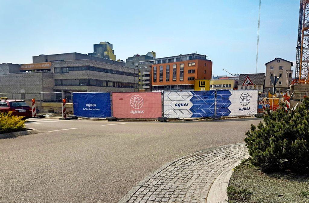 Außer der Banner am Bauzaun ist von dem Einkaufszentrum  Agnes immer  noch nicht viel zu sehen. Die Investoren kündigen jetzt an, dass demnächst die Bodenplatte gegossen werde, damit der Rohbau wachsen könne. Foto: Schweickert
