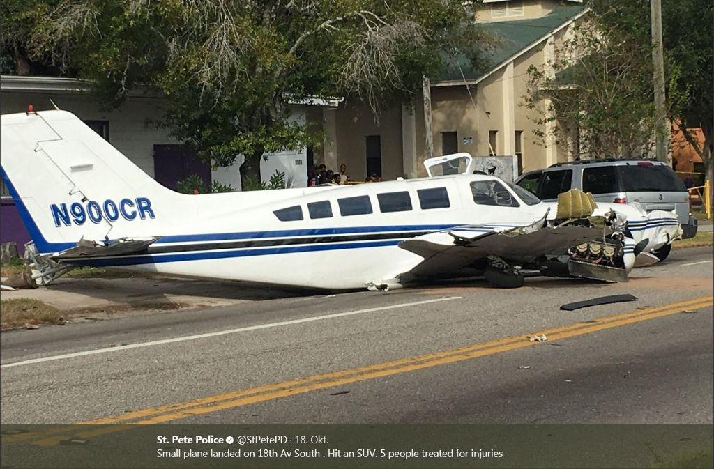 In den USA ist ein Kleinflugzeug mitten in einem Ort gelandet. Foto: Screenshot/St. Pete Police/twitter