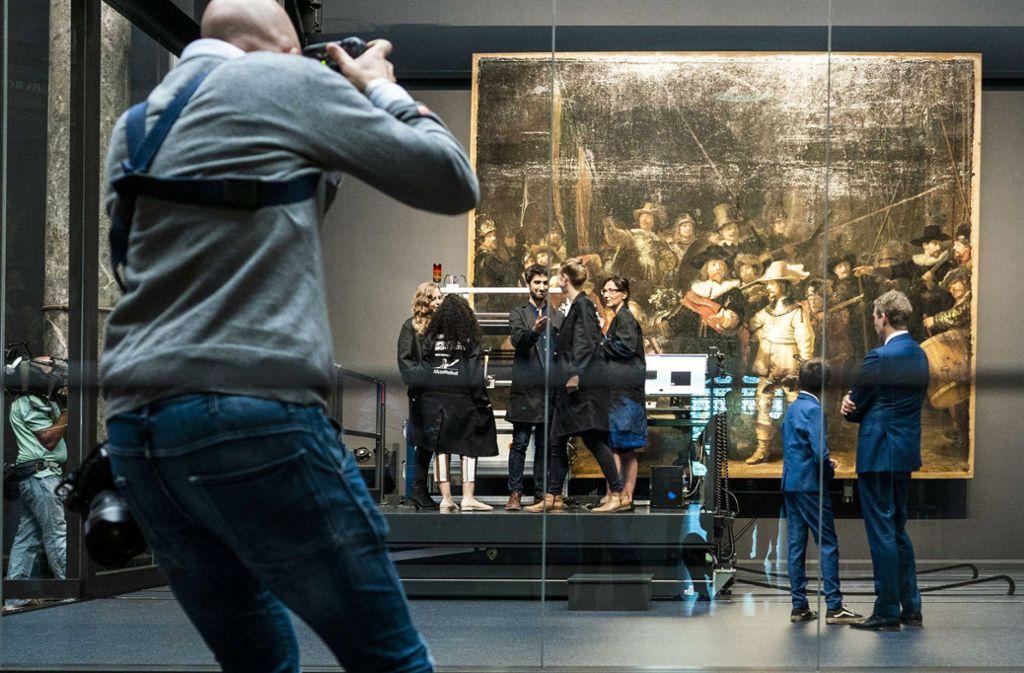 """Die Untersuchung und Restaurierung von Rembrandts """"Die Nachtwache"""" hat am Montag begonnen. Foto: dpa"""