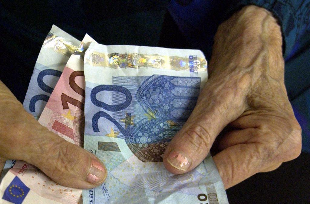 Die Senioren haben den angeblichen Handwerkern eine fünfstellige Summe gegeben. Foto: dpa-Zentralbild