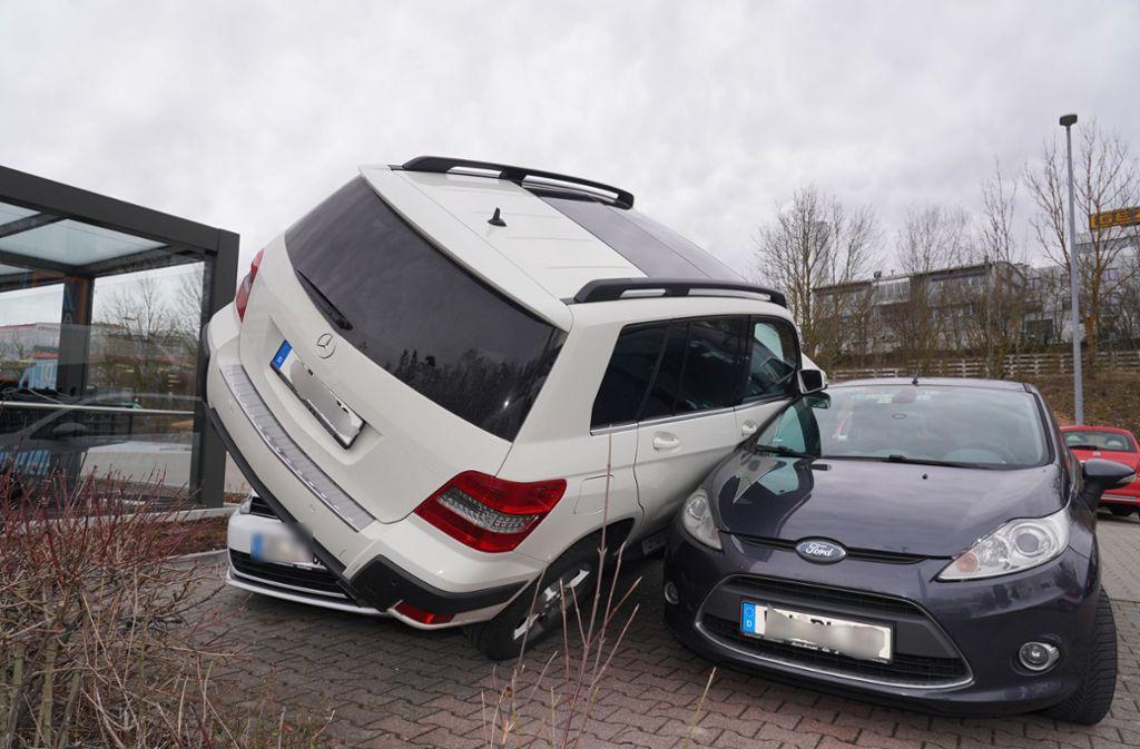Der Fahrer des Daimler-SUV blieb unverletzt. Foto: Andreas Rosar Fotoagentur-Stuttg