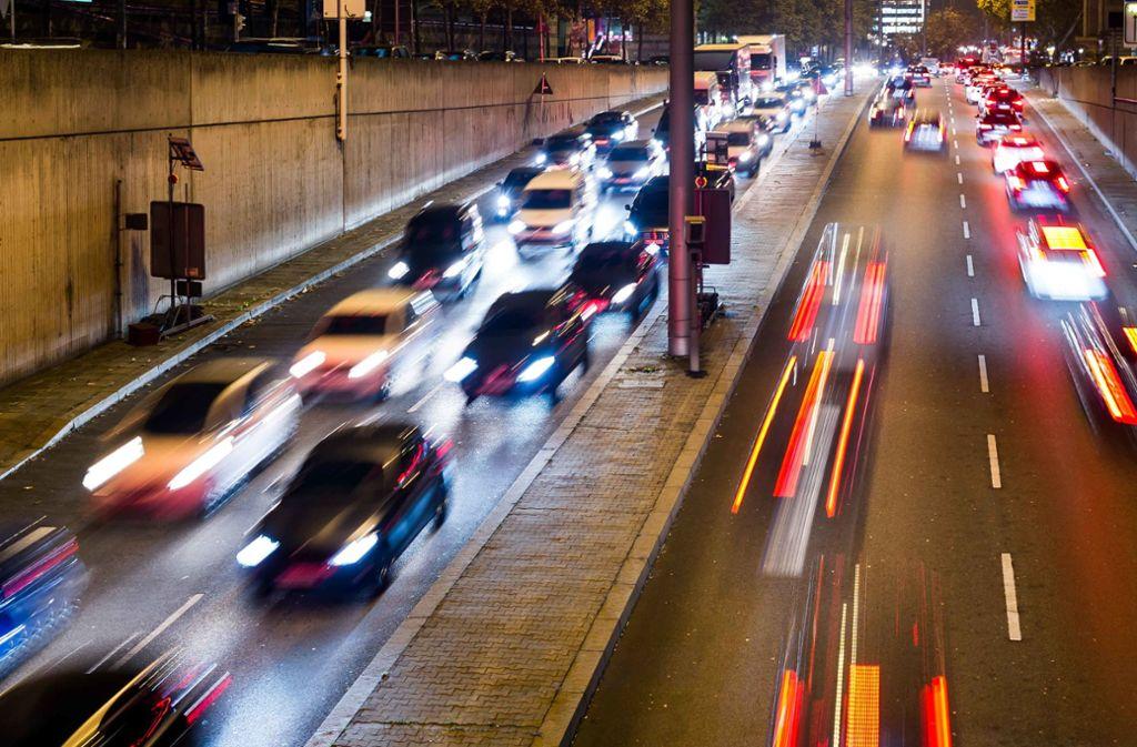 Zu den Hauptverkehrszeiten sind die Zufahrtsstraßen und die Hauptverkehrsadern in die Stadt dicht. Foto: Lichtgut/Max Kovalenko