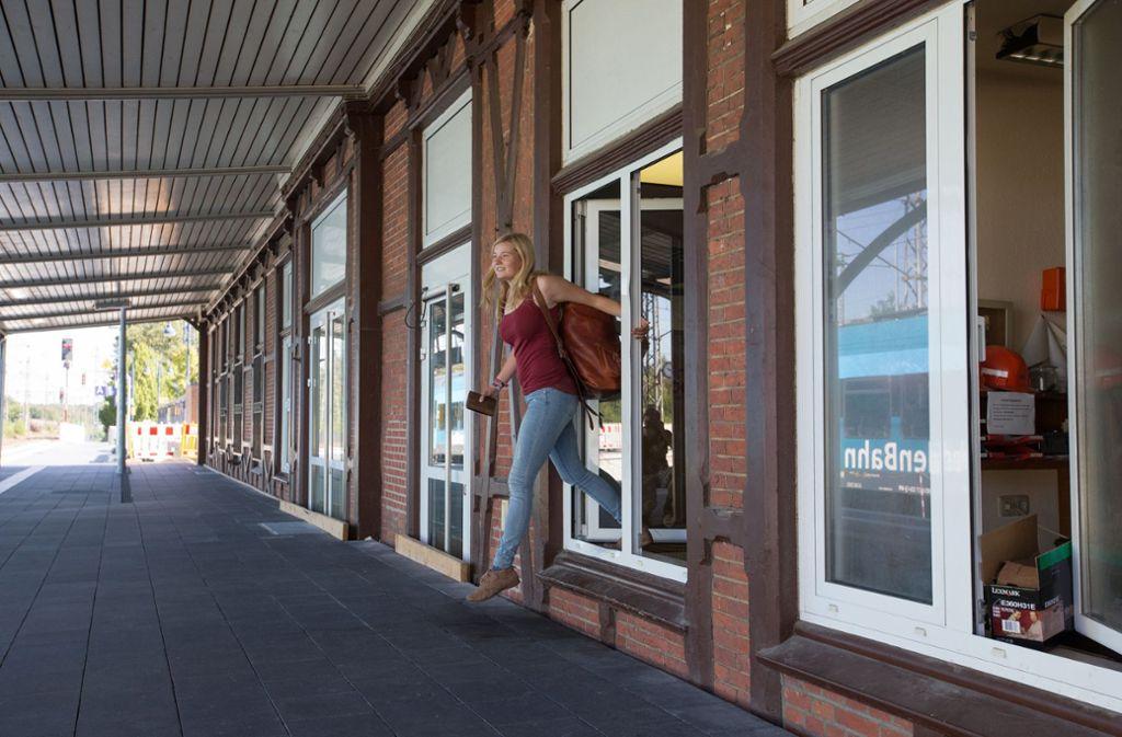 Nach der Erhöhung des Bahnsteigs ließen sich am Bahnhofsgebäude in Bentheim die Türen nicht mehr öffnen. Foto: dpa/Friso Gentsch