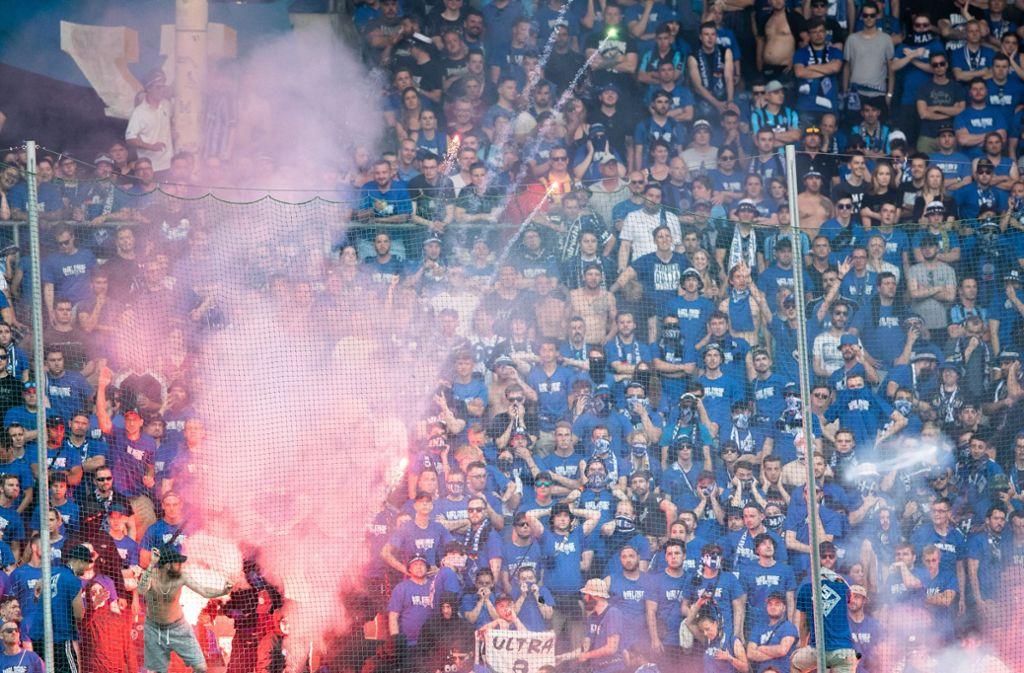 Auf die Randale der Fans reagierte... Foto: Bongarts