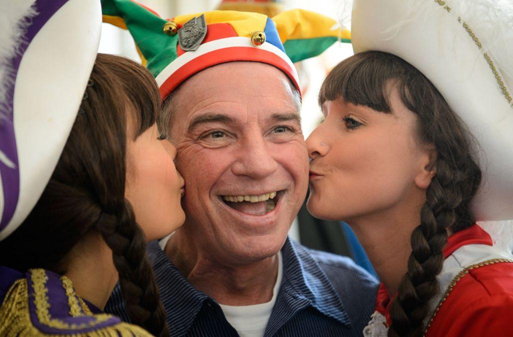 Küsschen für den Innenminister: Thomas Strobl (CDU) hat Karnevals- und Fastnachtsvereine in Stuttgart empfangen. Foto: dpa