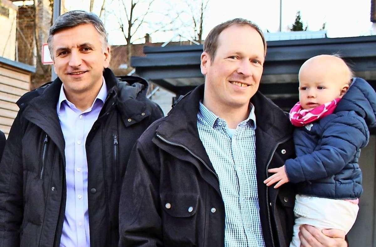 Serkan Belik, Stanislav Poletanovic und Thomas Adolph (v.l.) vor dem Blockheizkraftwerk Foto: Caroline Holowiecki