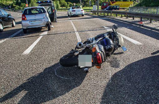 Motorradfahrer kracht in Suzuki