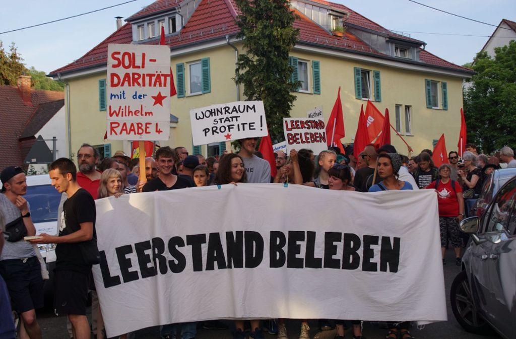 Am Montagabend hatten sich Demonstranten zu einer Kundgebung in Stuttgart-Süd zusammengefunden. Foto: SDMG