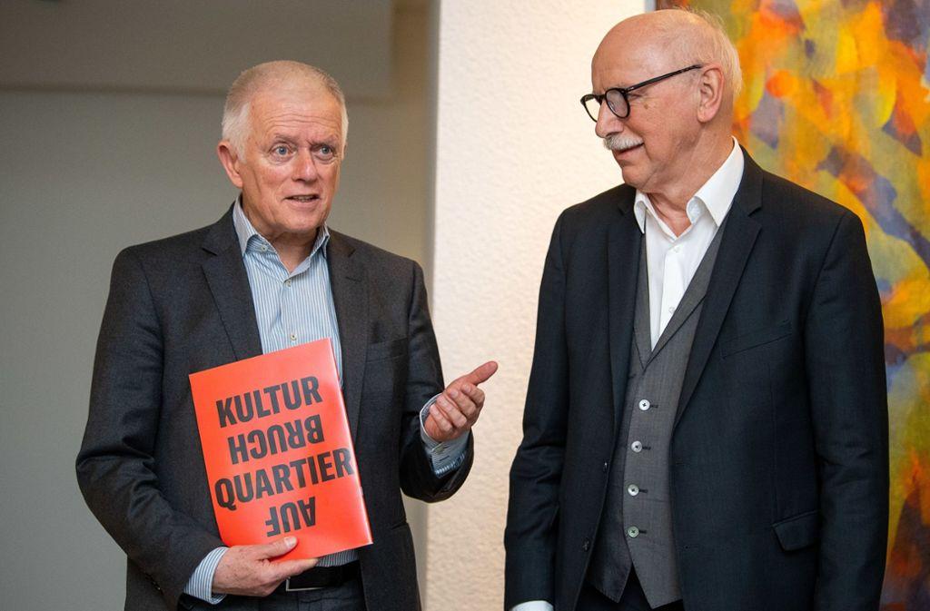 Fritz Kuhn (links), Oberbürgermeister von Stuttgart, hat von Wieland Backes eine Studie zur Kulturmeile überreicht bekommen. Foto: dpa