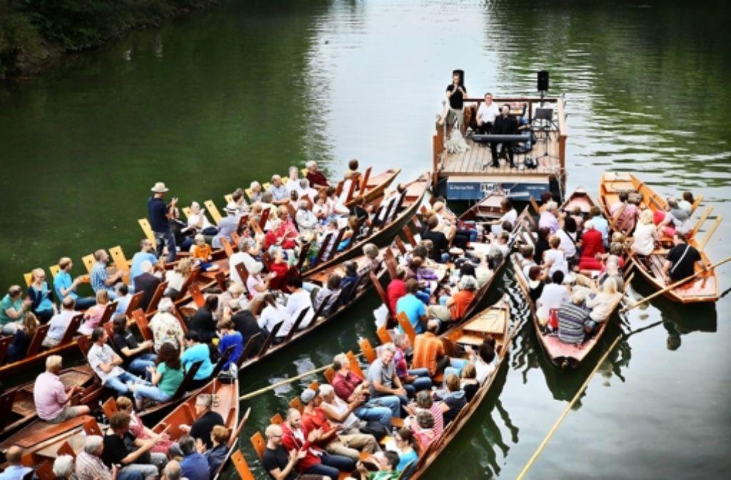 Alles ist im Fluß – die Bühne des Konzerts und das Publikum ebenso. Foto: Faden