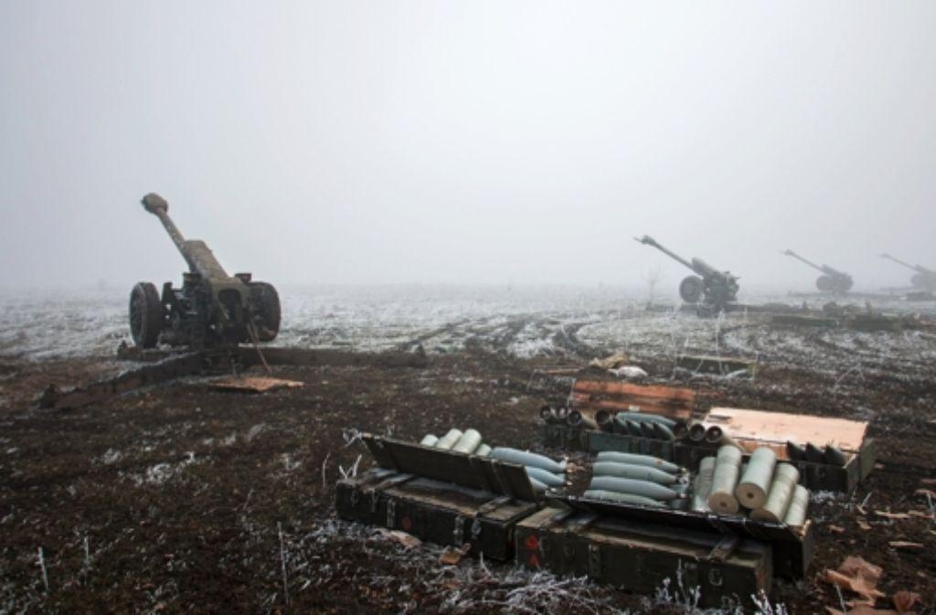 Noch am Sonntag soll mit dem Abzug schwerer Waffen in der umkämpften Ostukraine begonnen werden. Foto: dpa