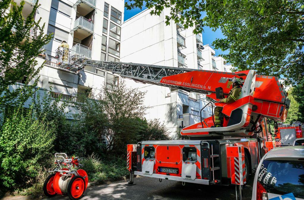 Eine Zeugin alarmierte die Feuerwehr. Die Bewohnerin befand sich noch in der Wohnung. Foto: SDMG