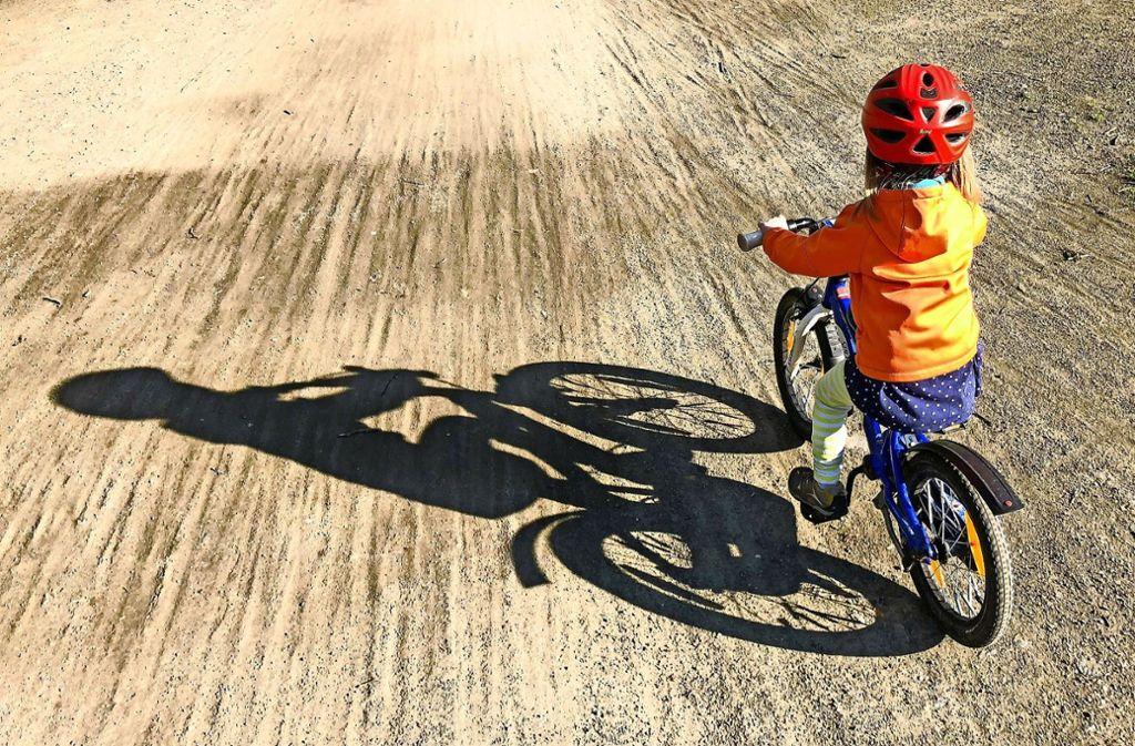 Es ist zu hoffen, dass wenigstens Kinder nur mit Helm unterwegs sind. Die unbeliebte Kopfbedeckung kann Leben retten. Foto: dpa