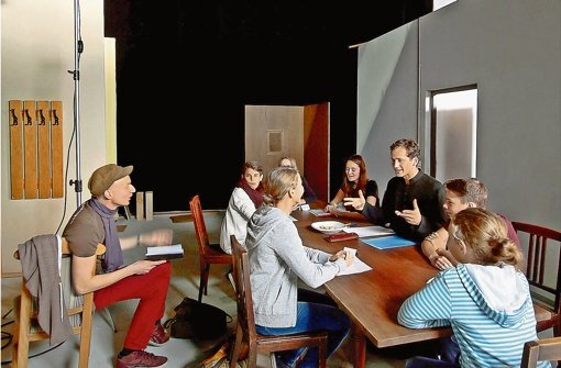 Regisseur Dietrich Brüggemann (links) lässt das Firmgespräch proben. Foto: factum/Granville