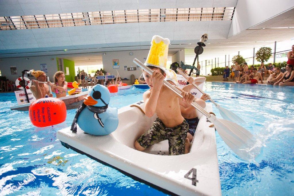 Eine Wanne, ein Paddel und jede Menge Spaß: Im Fildorado stiegen zahlreiche Badegäste beim Badewannenrennen in die Wanne. Klicken Sie sich durch die Bilder! Foto: 7aktuell.de / Florian Gerlach