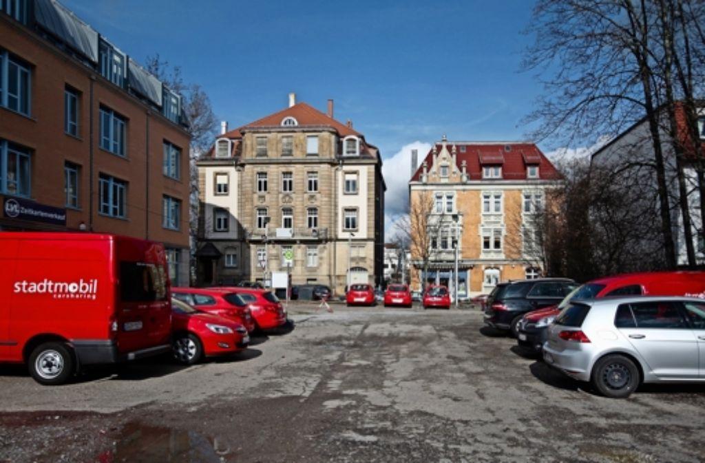 Bald kein Parkplatz mehr: an der Karlstraße 8 in Ludwigsburg  könnte ein Haus mit  elf Stockwerken  errichtet werden. Foto: factum/Granville