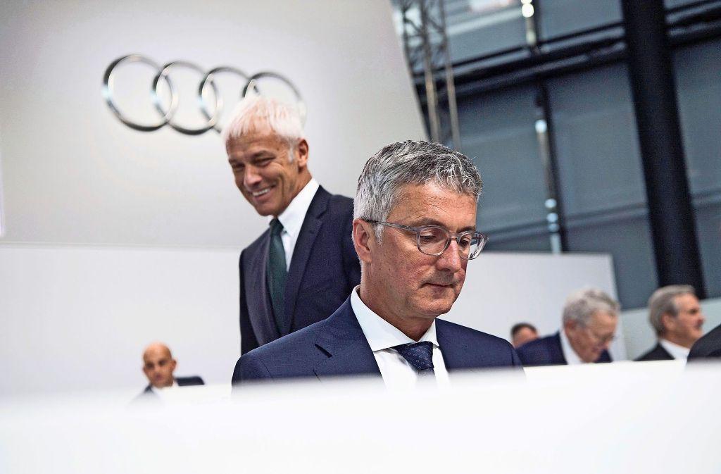 Auf  VW-Konzernchef Matthias Müller (hinten) wächst der Druck, den Audi-Chef Rupert Stadler in absehbarer Zeit vom Stuhl zu stoßen. Foto: dpa