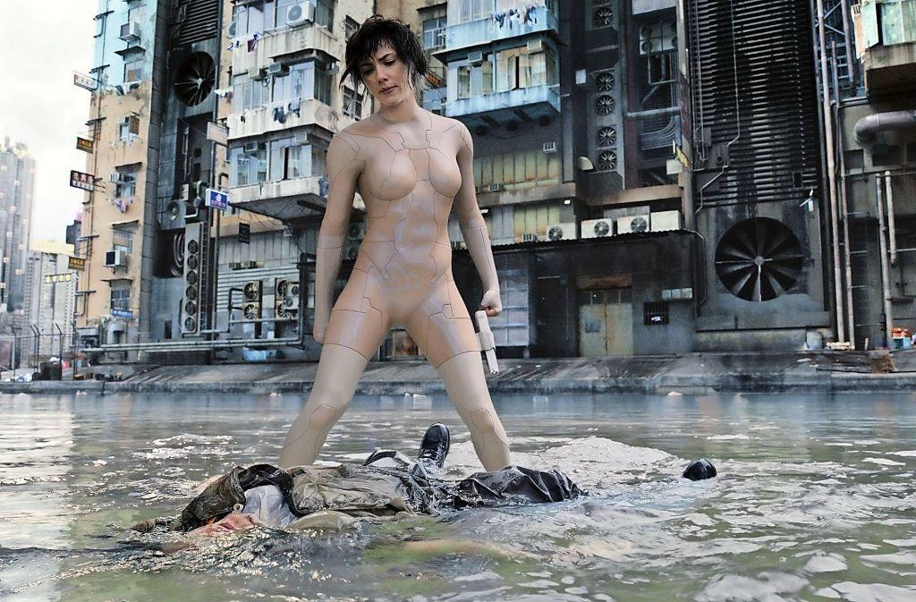 """Eine Szene aus dem düsteren Science-Fiction-Streifen """"Ghost in the Shell"""" mit Scarlett Johansson. Foto: AP"""