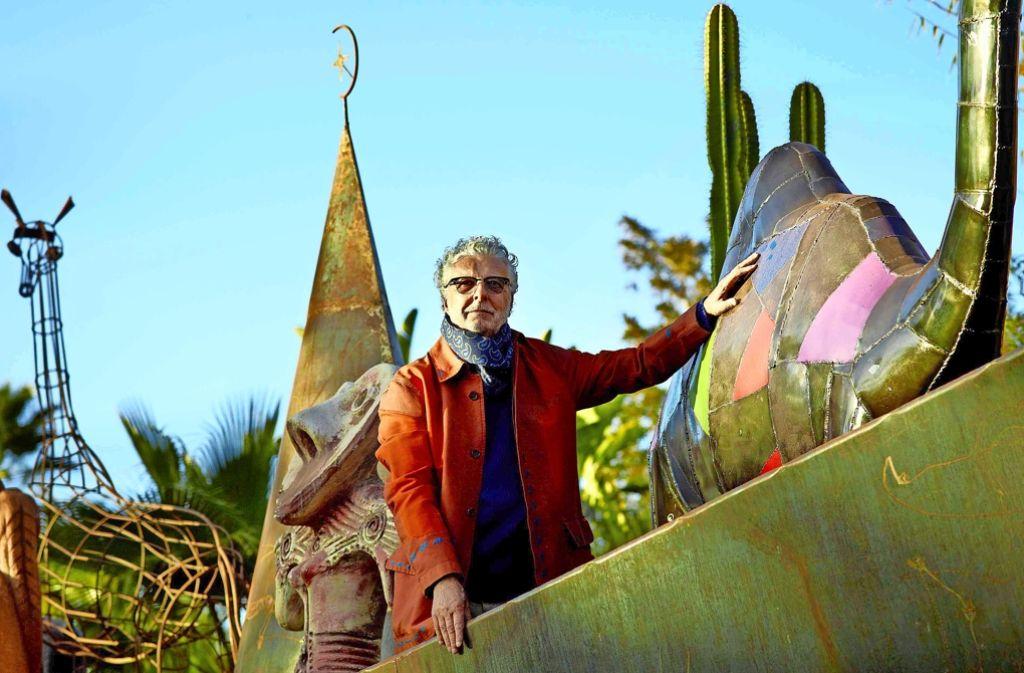 """André Heller posiert in seinem Park """"Anima"""" in Marokko, jetzt hat der österreichische Chansonnier, Aktionskünstler, Kulturmanager und Schauspieler seinen ersten Roman veröffentlicht. Foto: Stefan Liewehr/Anima"""