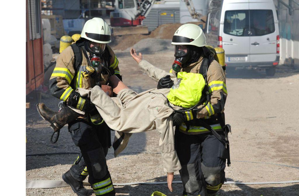 Eine Rettung der Verletzten aus einer Tiefgarage wird simuliert. Foto: Alexander Ernst