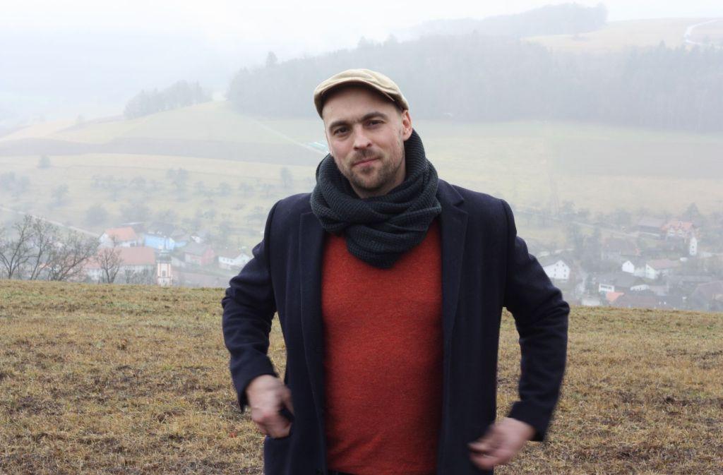 Max Mutzke im Schwarzwald, im Hintergund sein Heimatdorf Krenkingen. Dort ermöglichte ihm sein Vater seine  ersten musikalischen Gehversuche. Foto: Ingmar Volkmann