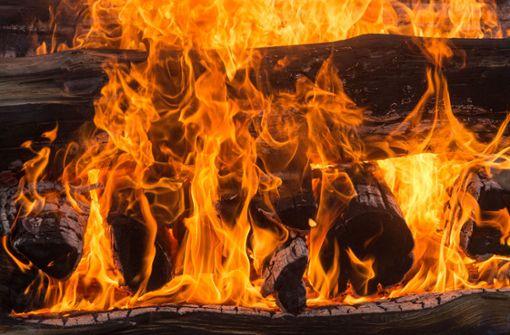 Unfall beim Grillen – Stichflamme verletzt 20-Jährigen schwer