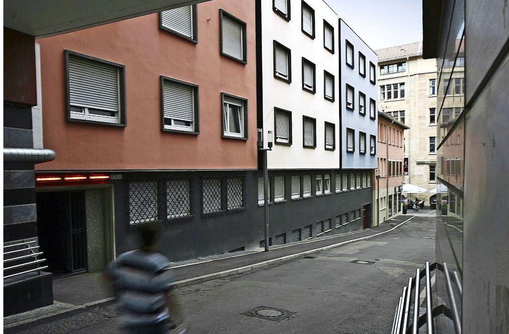 """Die Fassade ist seit Jahrzehnten unverändert: Das Dreifarbenhaus, einst als """"Musterbordell"""" mit kommunaler Hilfe eröffnet,   feiert  den 60. Geburtstag.  Gerhard Goller, der frühere Leiter des städtischen Ordnungsamtes, hat vor 40 Jahren einzigartige Bilder von Peep-Shows in Stuttgart  gemacht. Foto: Steinert"""