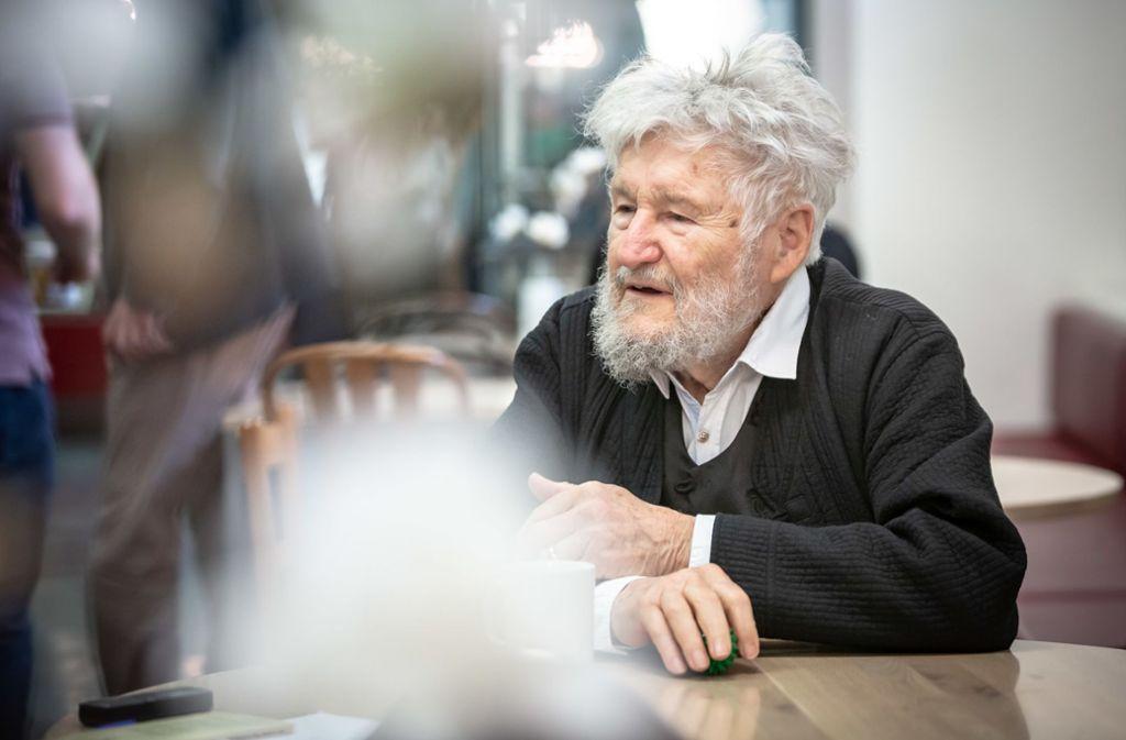 """Achim Freyer ist zurück im Schauspiel Stuttgart. In den 1970ern hat er hier für Claus Peymann gearbeitet, die Bühne  für Kleists """"Käthchen von Heilbronn"""" kreiert. Jetzt hat er die Verantwortung für Bühne und Regie in E.T.A. Hoffmanns Märchen """"Der goldne Topf"""" übernommen. Foto: Lichtgut/Julian Rettig"""