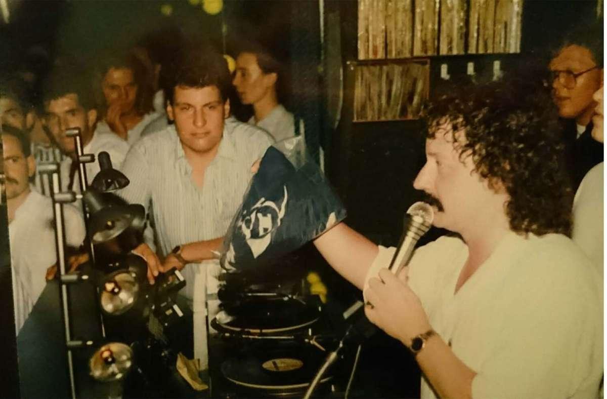 """Werner """"Sloggi"""" Find als DJ in seiner Boa – damals noch mit Dauerwelle. Hinten rechts: DJ Uwe Sontheimer. Foto: Rosar/Fotoagentur-Stuttgart"""