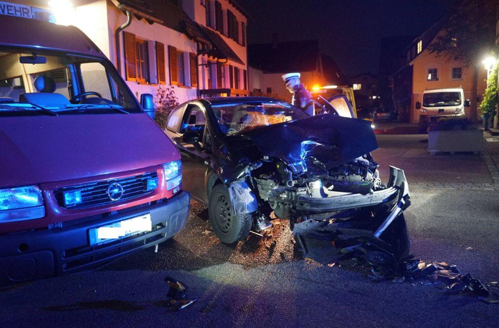 Der Fiat wird bei dem Unfall schwer beschädigt. Foto: 7aktuell.de/F. Hessenauer