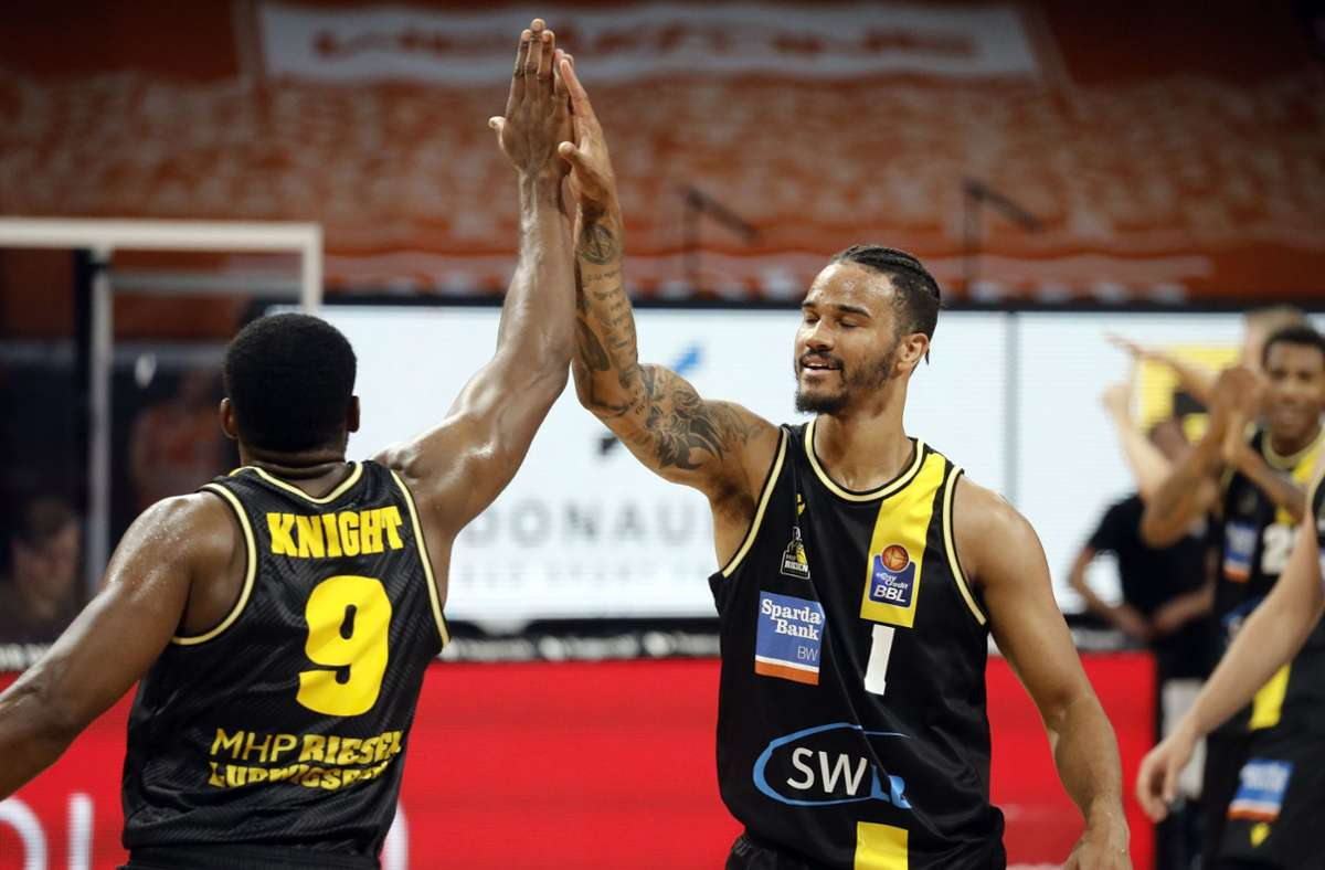 Freude über den Finaleinzug: Die Riesen Marcos Knight und Nick Weiler-Babb Foto: Hans Rauchensteiner/Pool Baumann