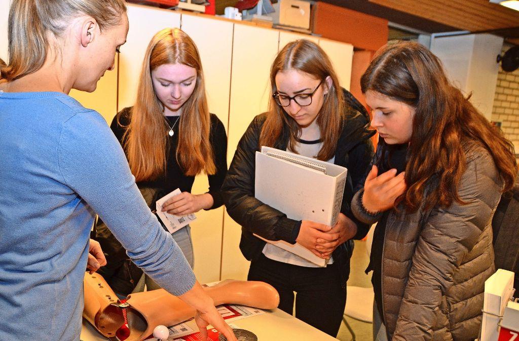 Susanne Fries (links) erklärt Schülerinnen, wie moderne Technik in der Medizin Verwendung findet. Foto: Fatma Tetik
