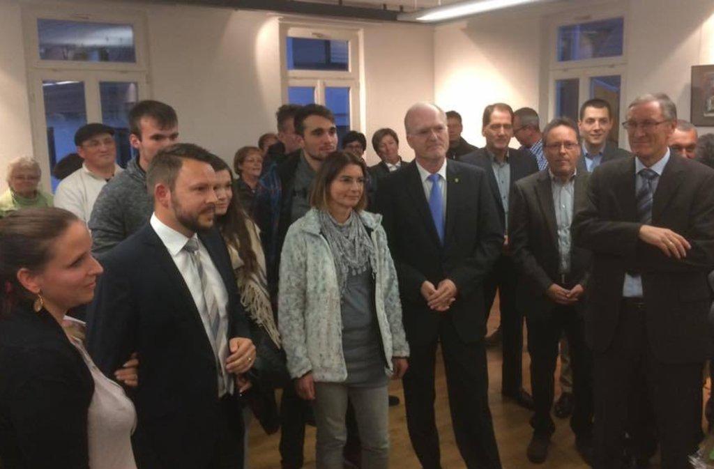 Im Renninger Rathaus hat auch künftig Wolfgang Faißt (hier mit hellblauer Krawatte) das Sagen. Dennis Metzulat (2. von links) freut sich trotzdem. Foto: Mader
