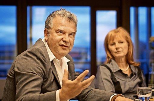 Viel Einfluss: Gil Bachrach (mit Landessenderdirektorin Felgenträger). Foto: Heinz Heiss