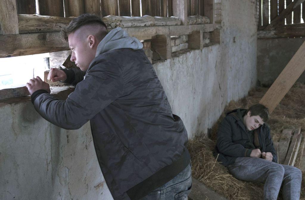 Heimkind Keno und Komissar Bukows Sohn Samuel verstecken sich in einem Schuppen in Polen vor der Polizei. Foto: NDR Presse und Information