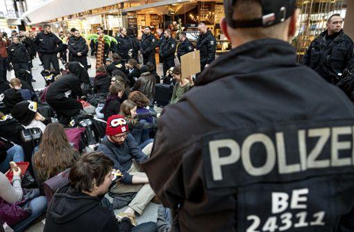 Großaufgebot der Polizei – Anreise für Passagiere schwierig