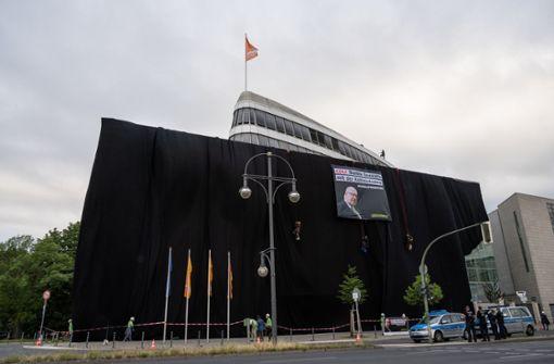 Greenpeace-Aktivisten verhüllen  CDU-Zentrale