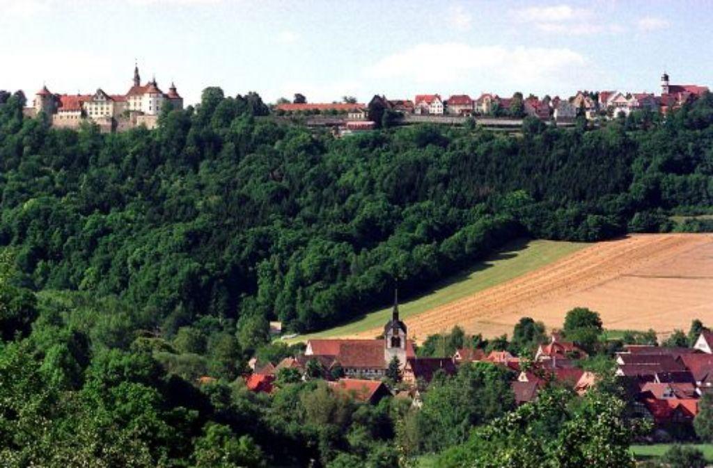 So idyllisch liegt Langenburg in der Landschaft Hohenlohes – den Wäldern und Hügeln im und um das Städtchen herum hat die Dekansfrau Agnes Günther mit ihrem Roman ein Denkmal gesetzt. Foto: dpa
