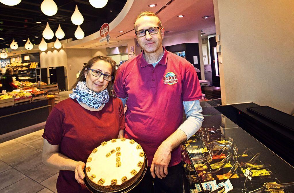 Stolz präsentieren Joseph Khoury und seine Frau Maja  den Kuchen zum  ersten Geburtstag ihres Geschäfts in der Markthalle. Foto: Ines Rudel