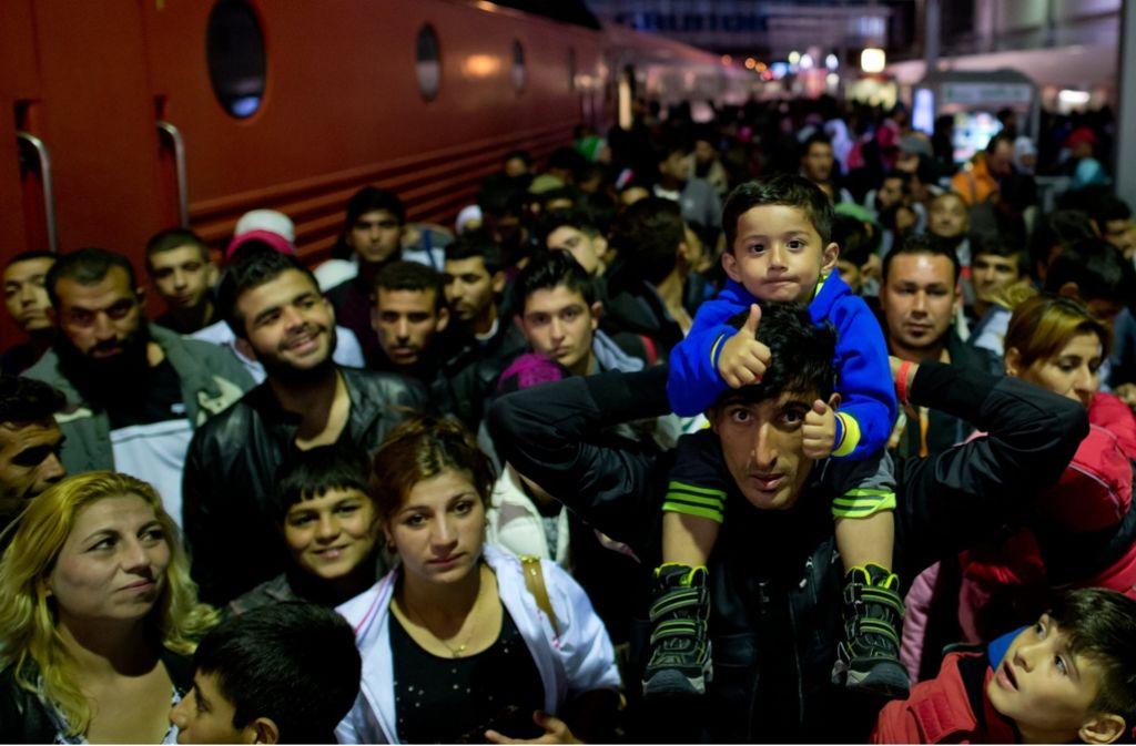 Am 6. September 2015 stehen Flüchtlinge auf einem Bahnsteig in München. Foto: dpa