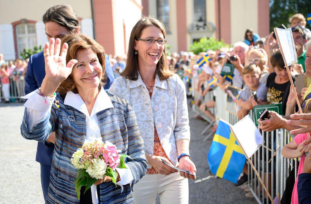 Schwedens Königin Silvia (vorne) grüßt das Publikum auf der Mainau. Foto: dpa