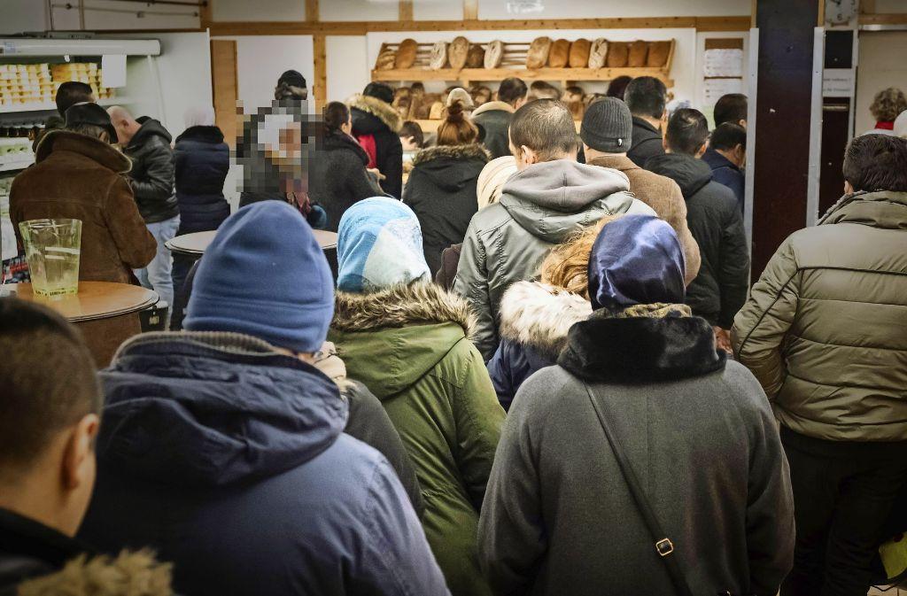 Anstehen um Brot: So voll ist der Tafelladen in der Innenstadt kurz nach der Öffnung Foto: Lichtgut/Achim Zweygarth