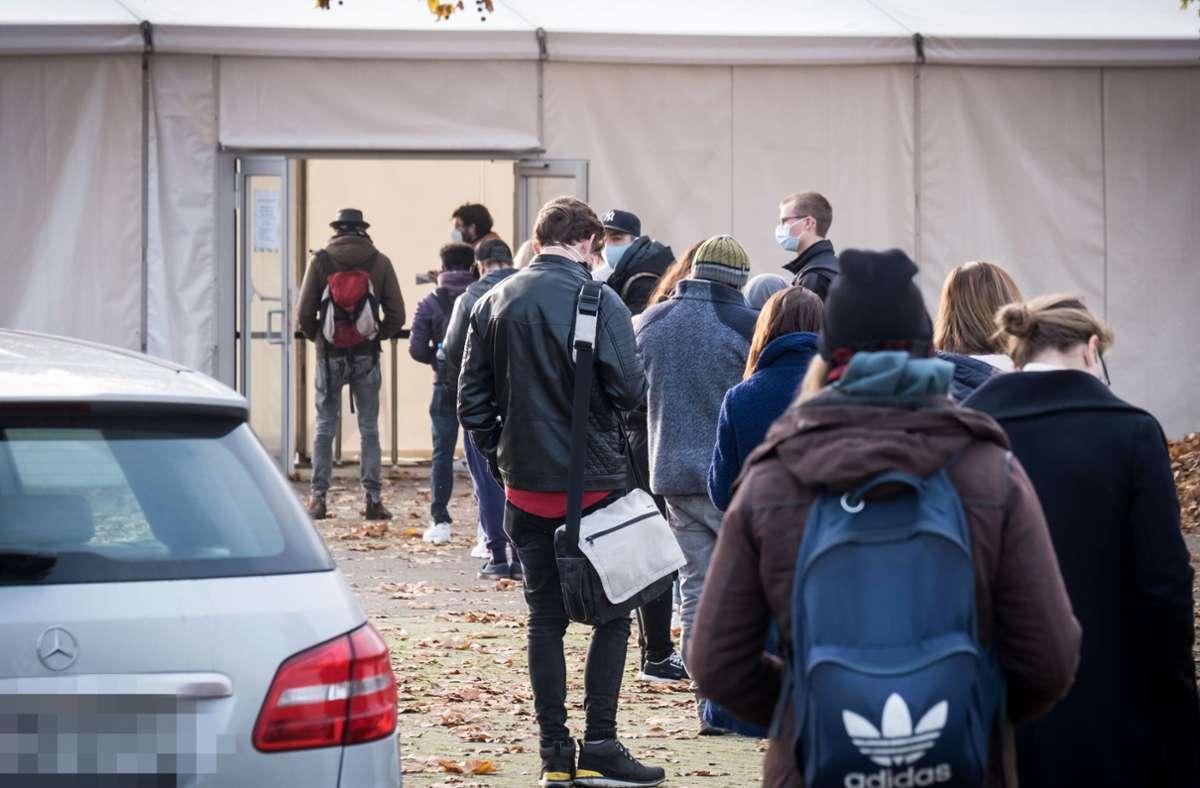 Die Corona-Fallzahlen in Stuttgart sind in den letzten Wochen stark gestiegen. Unser Bild zeigt eine Schlange vor dem Testzentrum auf dem Cannstatter Wasen. Foto: Lichtgut/Achim Zweygarth