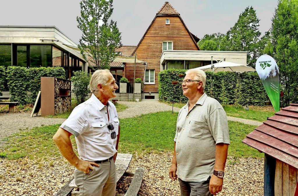 Gaudenzio Filos (59, links) und Dieter Zimmermann (67) stehen Jahrzehnte nach ihrem Aufenthalt im Waldhaus in Hildrizhausen wieder auf dem Gelände, das sich seit damals ziemlich verändert hat. Foto: factum/Bach