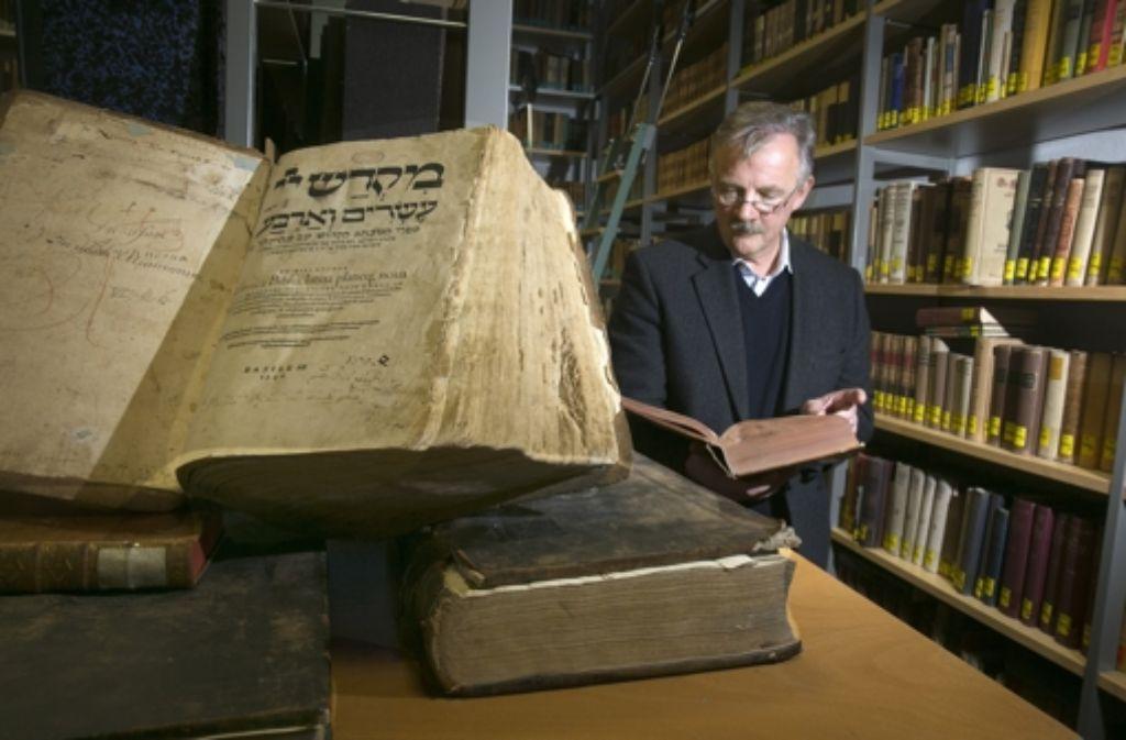 Das Prunkstück der Büchersammlung ist eine hebräische Bibel aus Basel. Foto: Horst Rudel