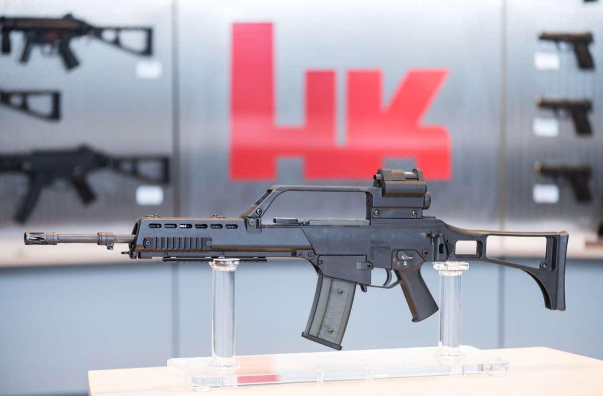 Oberndorf: Das Sturmgewehr G36 steht beim Waffenhersteller Heckler & Koch in einem Ausstellungsraum. Beim Waffenhersteller Heckler & Koch hat ein neuer Großaktionär die Macht übernommen. Foto: dpa/Patrick Seeger
